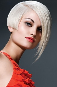 Short, light blonde haircut with regular cut and longer fringe