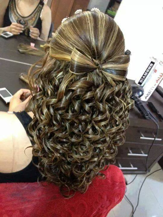 Long, baleyage hairdo with curled hair and stylized ribbon