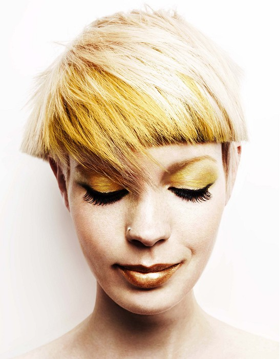 Short, blonde hairstyle with bowl cut and blunt bangs