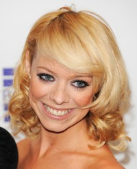 Charming, medium-length hairstyle with curly endings and side-swept bangs