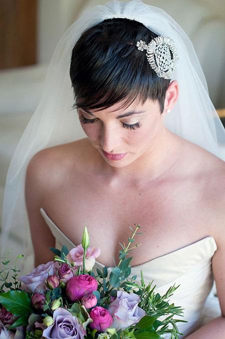 Short, dark hairstyle for wedding